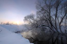 Рассвет,туман,иней.. / Морозное зимнее утро... (Да, холодно... Что ж, не весна) Осыплет меня перламутром, Сметая остатки сна. Деревья укутаны в иней, Возьму его в руку... Колюч! И небо бездонное, синее Подарит мне солнца луч. И станет теплее снова На сердце и на душе От чудного чуда земного- Природы святой, неглиже! (Дмитрий Раздобреев)